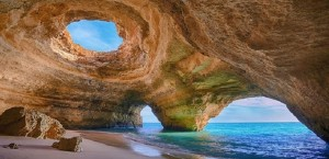 via:http://www.playasyresorts.com/algar-de-benagil-en-portugal/