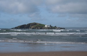 via: https://commons.wikimedia.org/wiki/File:Thurlestone,_Bantham_beach_-_geograph.org.uk_-_1551498.jpg